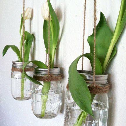 Des pots de conservation en guise de vases