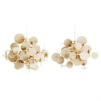 Bau kombiniert geometrische Formen zu einer einzigartigen, kreativen Pendelleuchte. Diese skulpturale Pendelleuchte von Normann Copenhagen und der Designerin Vibeke Fonnesberg Schmidt ist bestellbar in zwei Größen.