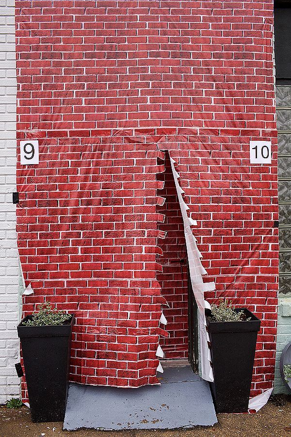 Harry Potter Baby Shower ideas! A Halloween costume party. #DIY #decorations #partyfood #hogwarts #birthdaypartyideas Brick wall Platform 9 3/4