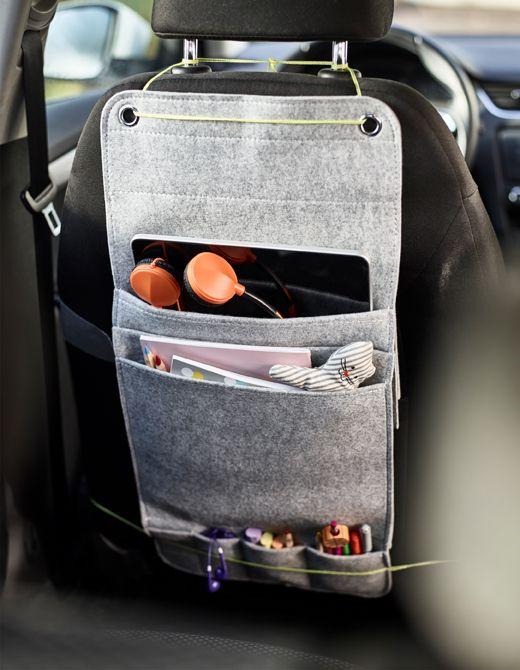 Organiseur à suspendre en feutrine attaché au dos d'un siège de voiture pour les enfants, avec compartiments pour les marqueurs, les livres à colorier et une tablette.
