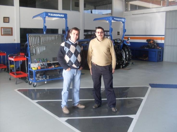 Martín Melazzi y el RR.PP. Eduardo Scarpa, en el impecable taller de servicio de tractores Fotón/Europard, importados por Melazzi Equipamientos Agrícolas, de Mercedes, Departamento de Soriano.