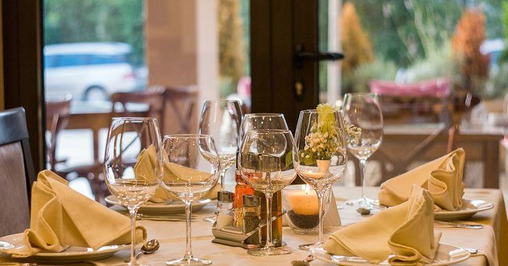 Die Ess- und Tischkultur von der Steinzeit bis heute  Die Kochkunst ist einer der ersten kreativen Akte der Menschheit. Doch seit wann isst der Mensch eigentlich mit Messer und Gabel? Und wie dekorierten die Römer ihre Tische? Worunter leidet die Esskultur heute am meisten?   #essen #tischkultur #wissen