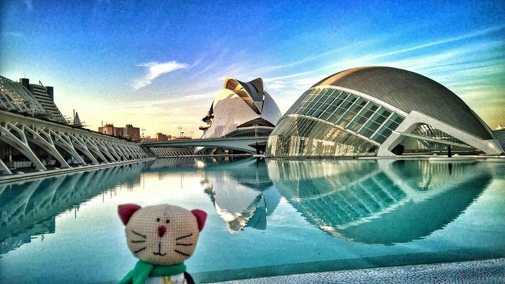 Всем хорошего времени суток из Валенсии! Я нахожусь в городке наук и искуств. Очень популярное место Валенсии где проводят выставки конкурсы и просто проводят время. Архитектор Сантьяго Калатрава  #ciudaddeartesyciencias  @cerca_de_mi #kikotic #handmadetoy #traveltoy #игрушкаручнойработы #игрушканазаказ #juguetehechoamano #장난감 #españa #spaine #испания #valencia #валенсия #santiagocalatrava #архитектура #arquitectura #valenciagram #lumia930 #thelumians by maria_erenkova