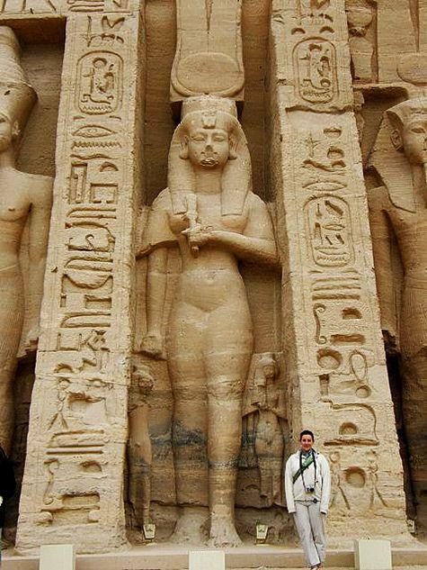 Τεράστια ανάγλυφα στήλη της Nephertiti  με Μινωικό στέμμα κέρατα ταύρου του ναού-Αμπού Σιμπέλ, Αίγυπτος