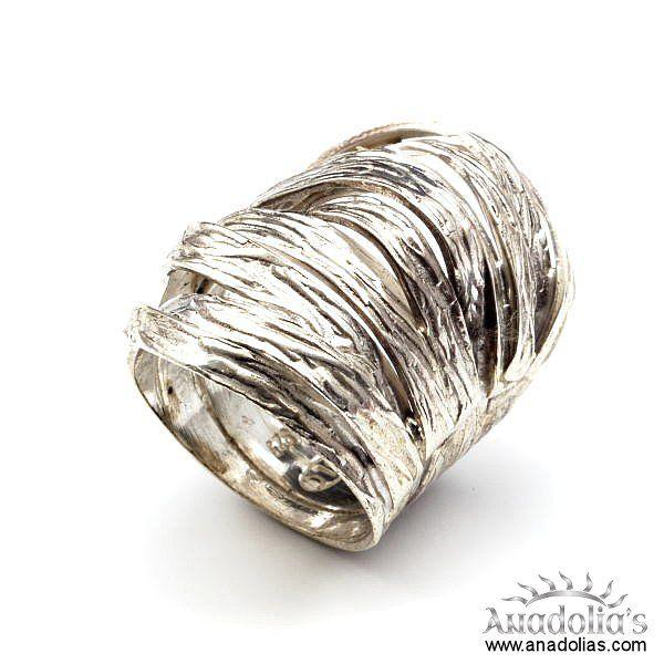 925 ayar gümüş kullanılarak ve el işçiliği olarak tasarlanan bu gümüş yüzük, şık dizaynı ile de dikkatleri çekmektedir.  Krem,parfüm,çamaşır suyu gibi maddeler ile temasından kaçınılmalıdır.