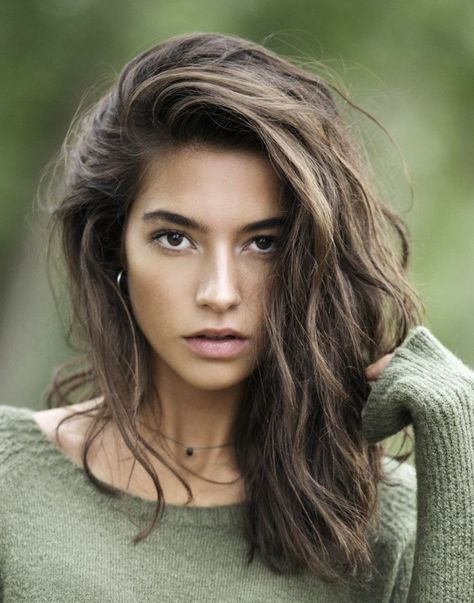 quelle couleur de cheveux choisir, blouse verte, collier avec cristal, yeux marron, cheveux bruns, idée couleur cheveux
