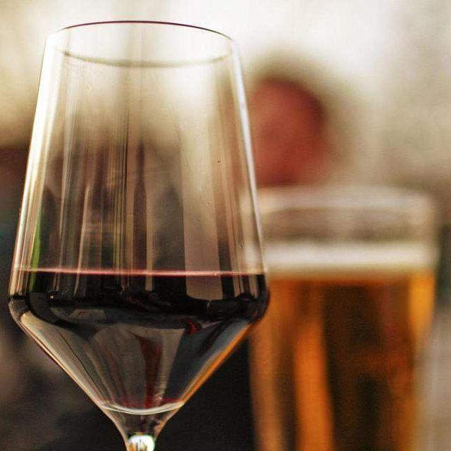 Пиво для любителей вина от портала Vinepair.  Вы давно не пьете пиво, т.к. считаете его невкусным и примитивным напитком? Не стоит. Сомелье и пивной эксперт Рич Хиггинс предлагает обратить внимание на некоторые сорта, в которых вы встретите знакомые оттенки любимых вин и не только. Например:  Вам нравится: Рислинг  Попробуйте: Гозе  Гозе — кислый эль, приготовленный из пшеничного и ячменного солода и приправленный кориандром и хмелем. Он отличается мягким, пикантным ароматом кориандра. Вкус…