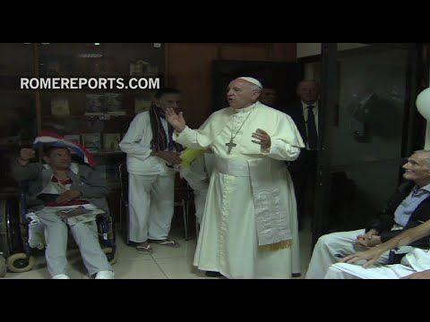 Francisco visita a enfermos terminales en Paraguay