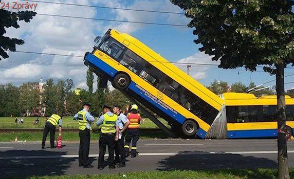 Řidič trolejbusu zavěšeného na sloup se vzdal volantu, vyšetřování nekončí