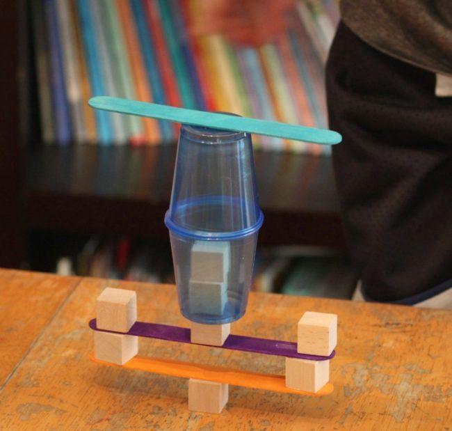 Bauen mit Kindern - Kunststoffbecher kommen auch im Einsatz