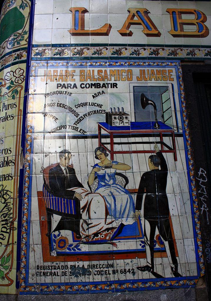 Farmacia y laboratorios Juanse. Calles San Andrés y San Vicente Ferrer. Madrid | Juanse es Juan José Cruz García Rodríguez, que llevó la primitiva farmacia desde 1924, encargando además los azulejos de la fachada de Enrique Guijo y Marcelino Domingo.