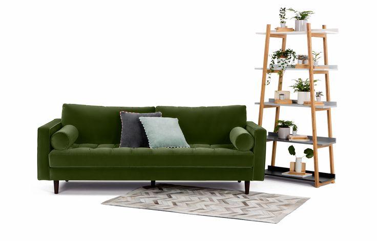 Scoot di Made.com è un divano tre posti interamente rivestito in velluto verde imperiale, è caratterizzato da un elegante stile Anni Cinquanta. I cuscini della seduta sono trapuntati e i piedini sono in legno scuro. Misura L 226 x P 100 x H 83 cm.  Prezzo 1.149 euro.   www.made.com