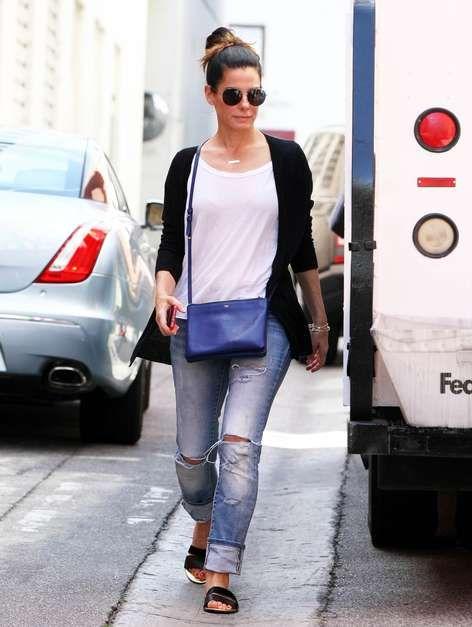 Jeans rotos, la tendencia favorita de las famosas. #moda #jeans #fashion #denim #casual #streetstyle - Sandra Bullock-Foto: The Grosby Group