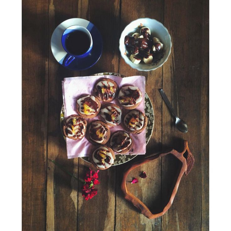 Кулинарные опыты продолжаются: испекла сегодня (сама, надо же!) апельсиново-шоколадное печенье с глазурью, а оставшийся шоколад пустила на банан. Я — молодец! 🍪🍊🍫🍴 #cookies #cooking