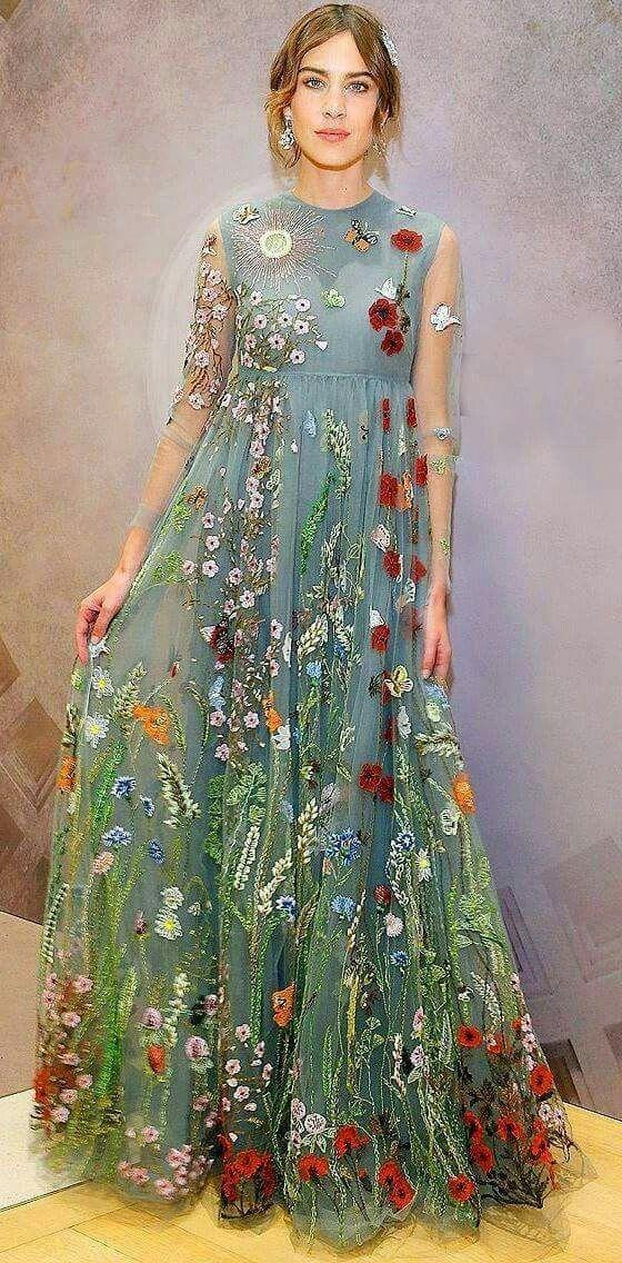 Vestido bordado de Valentino, clique na foto para ver inteiro.