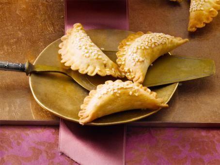Rezept für leckere Gazellenhörner-Plätzchen. Diese mit Mandelpaste gefüllten Köstlichkeiten sind zwar etwas aufwändig, der Einsatz lohnt sich aber.