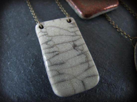 Collar de cerámica hecho a mano.  Es un modelo único. El tamaño de la pieza es de 2x4 cm, y el largo del collar de 23-27 cm.