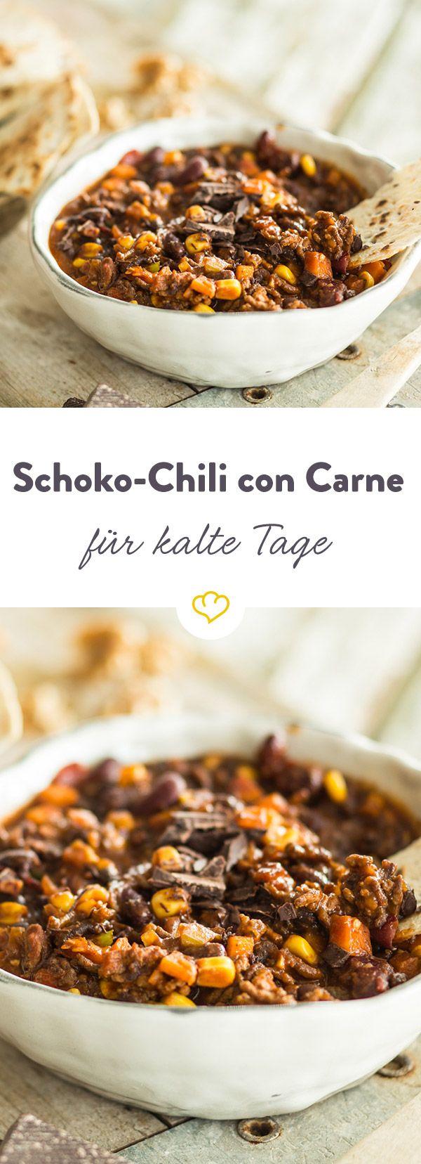 Wenn es draußen kalt wird, ist dieses Chili con Carne genau das Richtige für dich! Kräftige Schokolade und Nüsse verleihen dem Ganzen eine winterliche Note.