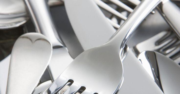 Cómo doblar cubiertos para hacer joyería. Pocos tipos de joyas poseen el peculiar encanto de las pulseras y los anillos que han sido realizados con cubertería de plata reciclada. Las cucharas, tenedores y cuchillos de plata son materiales inesperados para realizar joyería de moda. Crean un gran impacto cuando se retiran de la mesa tradicional en la que se observan con más frecuencia y se ...