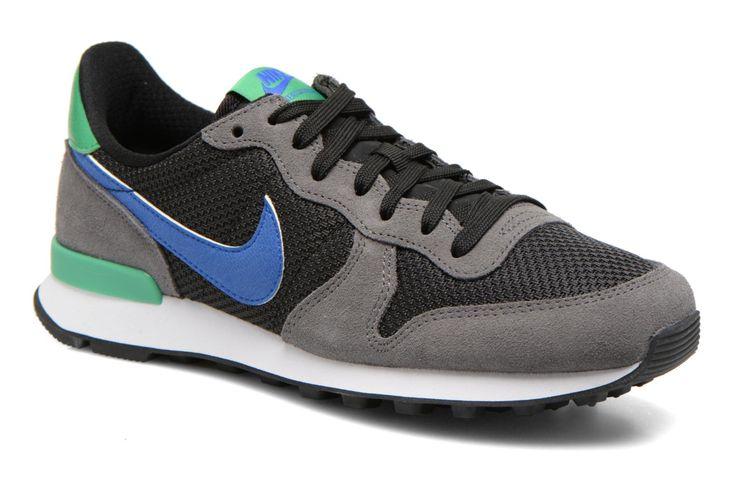 La marca Nike, creada en 1972 por Phil Knight y Bill Bowerman, es una empresa estadounidense especializada en zapatos, ropa y material deportivo. Su nombre está inspirado de la diosa griega Atenea Niké, representada como una divinidad alada capaz de despl ...