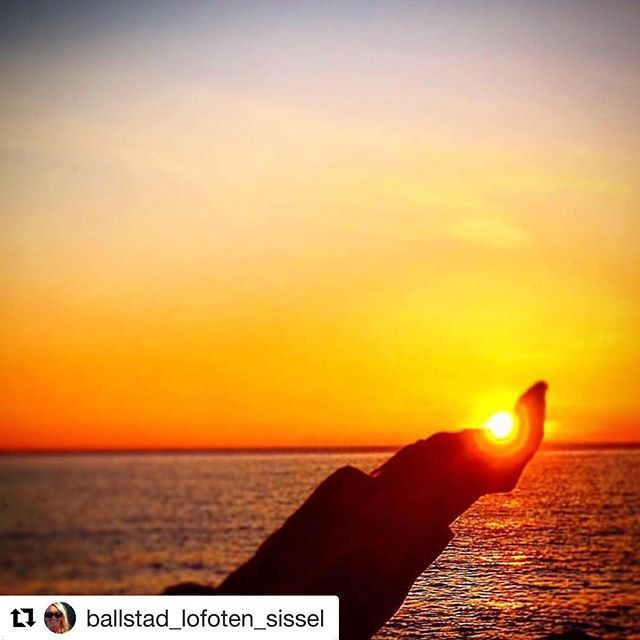 #Repost @ballstad_lofoten_sissel with @get_repost  Fanget solnedgangen i går kveld ca.21:00. #reiseliv #reisetips