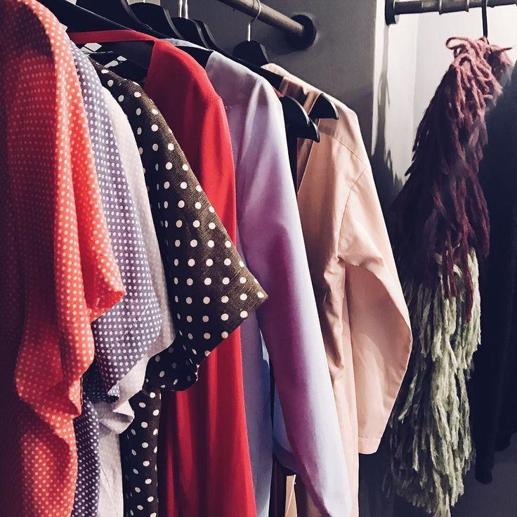 А вы помните что во втором зале у нас можно купить платья петербургского бренда @reka_wear  На все летние модели действует скидка 50%  #spb #ohmytea #спб #russiandesigner #fashion #sale #saintp #designer