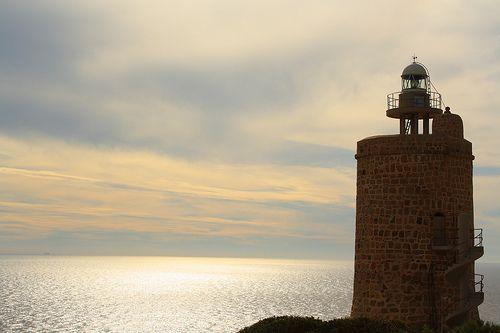 Vista del faro Punta Caraminal en Zahara de los Atunes, Barbate, Cádiz. La imagen ilustra un artículo de La Cocina de Campos sobre el estado mundial de la pesca en 2013.