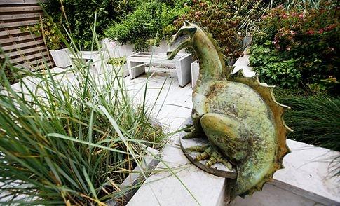 En drake i betong vaktar Skulpturfabrikens visningsträdgård i Boge på Gotland.