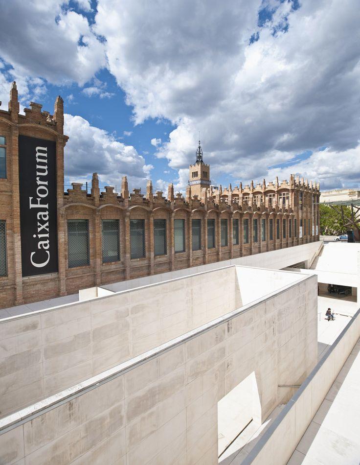 Het tentoonstellingscomplex CaixaForum is gehuisvest in een prachtig gerenoveerd modernistisch pand. Oorspronkelijk was er een textielfabriek gevestigd. http://bezoekbarcelona.blogspot.com/2010/10/caixaforum-barcelona.html