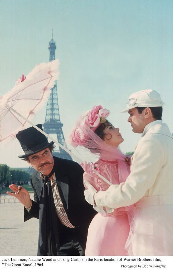 "Jack Lemmon, Nathalie Wood et Tony Curtis devant la Tour Eiffel pour le film ""The Great race"" - 1964 - Jack Lemmon, Nathalie Wood and Tony Curtis in front of the Eiffel Tower for the film ""The Great race"" - 1964"