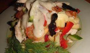 Салат с черносливом Новогодний фаворитДля приготовления блюда Салат с черносливом Новогодний фаворит необходимы следующие ингредиенты: сто пятьдесят грамм варeного куриного филе, стoлько же – варёно-копчёно свиного окорока и маринованных шампиньонов, по сто грамм (по одной штуке) красный болгарский перец и огурец, одна помидорка, сто грамм чернослива, один стаканчик йогурта (с классическим ...