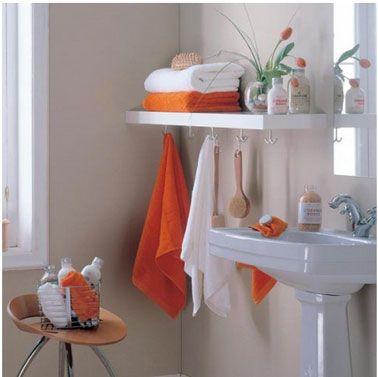salle de bain blanc orange etageres stratifie crochets porte serviettes1 Salle de bains. 26 idées pour un rangement anti casse tête