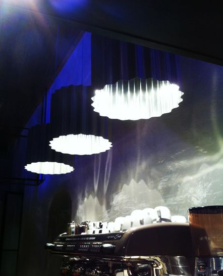 Τοίχος με τσιμεντένια τεχνοτροπία. Φωτιστικά από κυμματοειδή τσίγκο, κατασκευασμένα ειδικά για το μπαρ. Δείτε περισσότερα έργα μας στο  http://www.artease.gr/interior-design/emporikoi-xoroi/