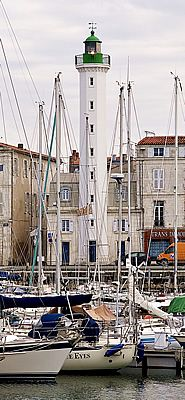 Atlantique - Phare du Quai Valin dans le Vieux-Port de La Rochelle (Charente-Maritime) - Coordonnées 6°09′25″N / 1°08′59″O - Feux : blanc scintillant/ 1.2 s