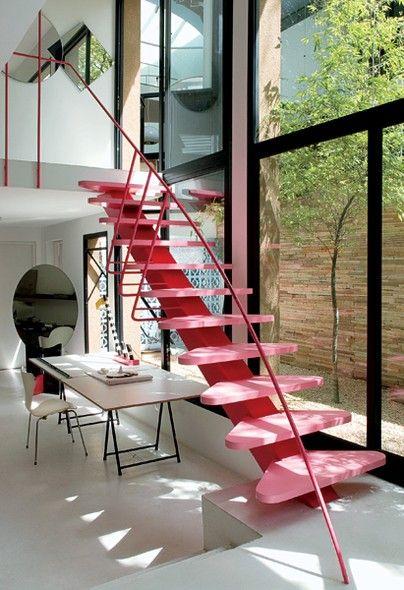 Sem medo de errar, o arquiteto Luciano Deviá aplicou o cor-de-rosa na escada de sua casa-estúdio. Feita com viga de aço e degraus de MDF, ela é o único ponto vibrante no ambiente. Apostar em uma cor ousada torna o espaço único