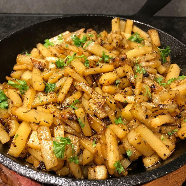 Skär potatisar i stavar/strimlor. Lägg i kallt vatten 30 min och skölj sen i kallt vatten så all stärkelse försvinner.  Sen är det bara att steka med smör i pannan hela tiden och rör med jämna mellanrum. Krydda med det ni gillar, vi tog salt, peppar, timjan denna gång.🙃 #stekt potatis #fried potatoes #tips #recept #matborgen
