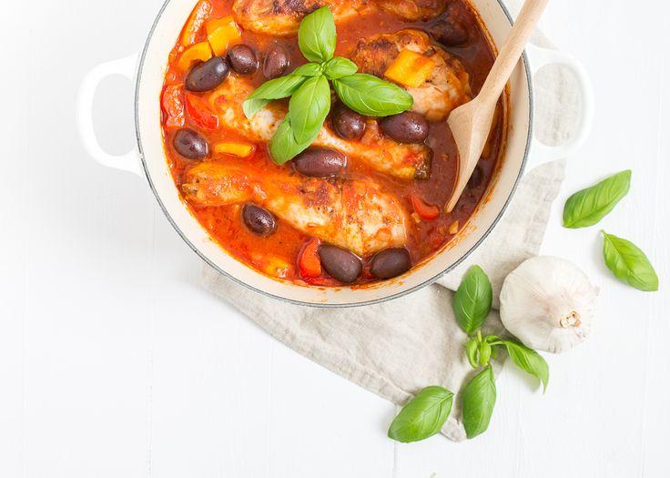 Lekker makkelijk recept voor een Italiaanse kipstoofpot met drumsticks en olijven.