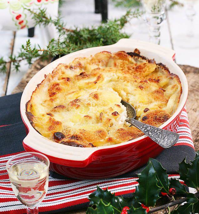 Smarrigt och enkelt recept på klassisk Janssons frestelse, med ingredienser som potatis, lök och grädde. Gott på julbordet och som jullunch i mellandagarna!