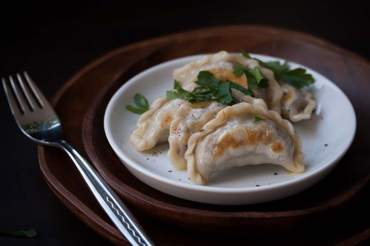 Teigtaschenliebe: Pierogi mit Steinpilz-Linsen-Füllung - vegan http://homemade-deliciousness.net/teigtaschenliebe-pierogi-mit-steinpilz-linsen-fuellung/