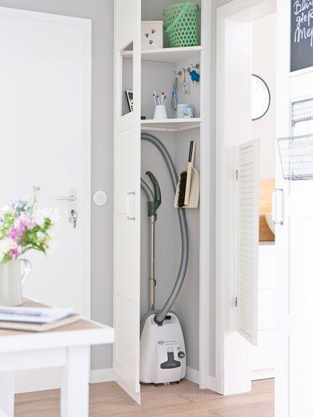 Idee für den Flur: Ecke als Stauraum nutzen. Vielleicht auch für Staubsauger - anstatt im Schrank in der Küche. ähnliche Projekte und Ideen wie im Bild vorgestellt findest du auch in unserem Magazin