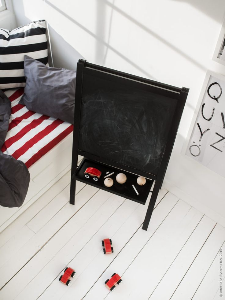 Måla ritstativ har målats om med svart färg. LILLABO leksaksbilar. Gästbloggare: Maria Riazzoli.