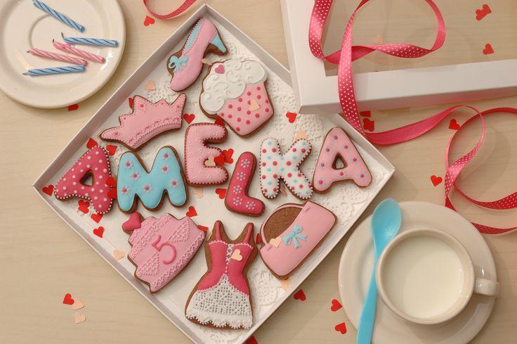 Słodki prezent urodzinowy dla małej panienki i jej gości. Zdjęcie przedstawia sugestię podania - świeże mleko świetnie pasuje do pierniczków :)  Więcej wzorów pierniczków na najróżniejsze okazje znajduje się na moim blogu: www.facebook.com/koronkowe.pierniczki