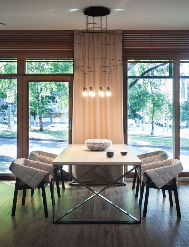 décoration bois table à manger avec des chaises et suspension design