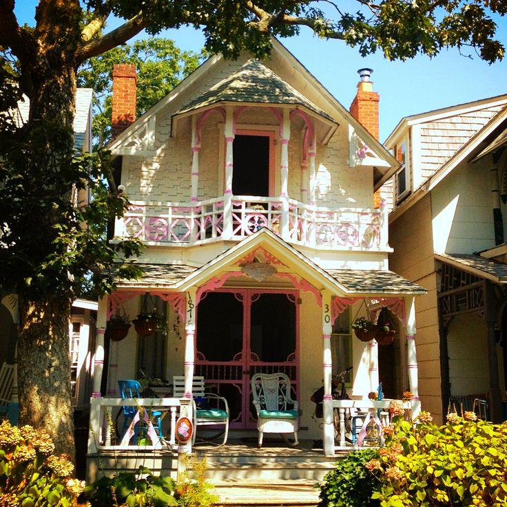 Oak bluffs cottage martha 39 s vineyard cottages for Martha s vineyard gingerbread cottages