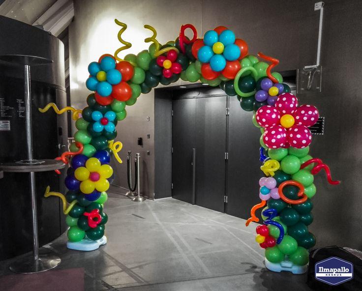 Värikäs koristeltu ilmapallokaari