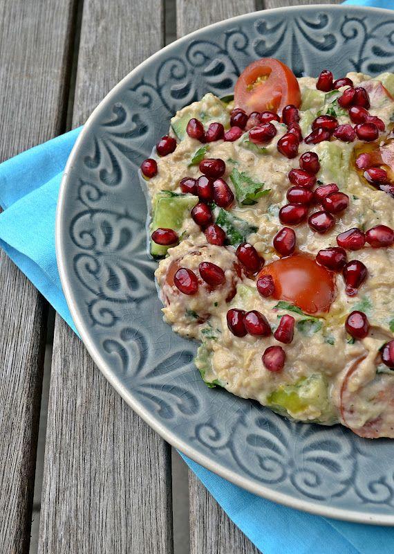 Ottolenghi heeft iets met de combinatie aubergine en granaatappel. Naast de bekende aubergines met karnemelksaus die zo mooi op de Noord-Am...