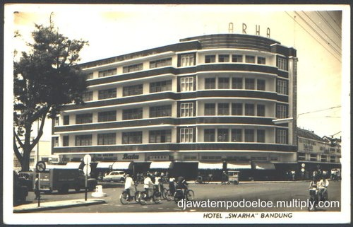Swarha Hotel , Bandung 1961. the Architect CPW Schoemaker built the building during the period of 1930-1935. Formerly hotel and stores, but abandon since 60′s.