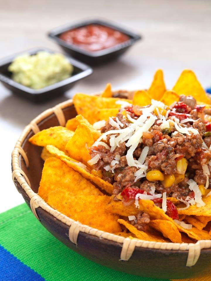 In origine era il soprannome del cuoco messicano che li inventò nel 1943. Il #Nacho è una #tortilla di #mais fritta e ricoperta di #formaggio e peperoncini #jalapeño. Non dimenticare di provarli con la #panna #acida! #texmex #hot #chili