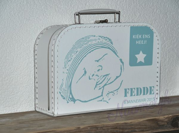 Fedde kreeg een geboortekoffertje van zijn geboortekaartje - met zijn foto en in zijn dialect!  Cadeau met naam - cadeau van geboortekaartje