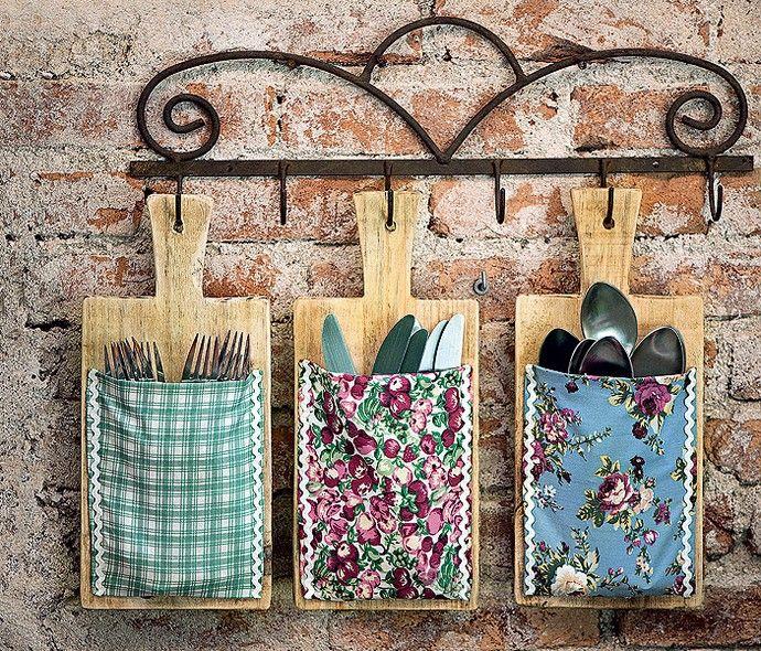 Menos gaveta para abrir e fechar, mais graça no cotidiano. Tábuas de cozinha com bolsinhos de pano viram porta-talheres úteis e decorativos....